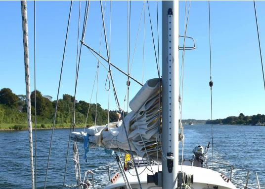 This LAZY JACK system can be mounted on any sailboat up to 40 feet in length. It is of a great help when reefing with a short-handed crew and for pulling the sail down when going back to the berth at the end of the day.