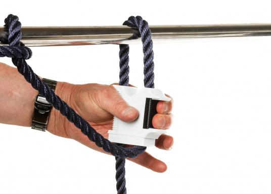 Supporto innovativo e brevettato che consente di regolare con precisione al centimetro l'altezza e la posizione di un parabordo premendo un pulsante. Possibile fissaggio al parapetto, alle gallocce o alla cime del parapetto. (Immagine 2 di 4)