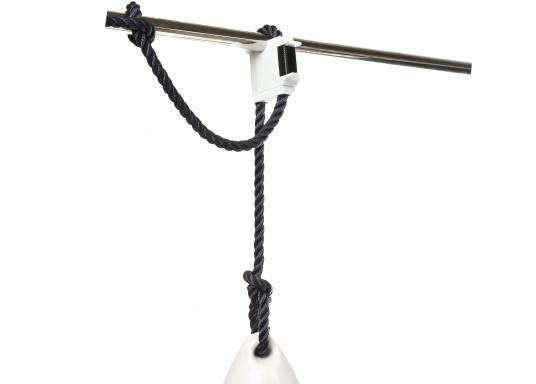 Supporto innovativo e brevettato che consente di regolare con precisione al centimetro l'altezza e la posizione di un parabordo premendo un pulsante. Possibile fissaggio al parapetto, alle gallocce o alla cime del parapetto.