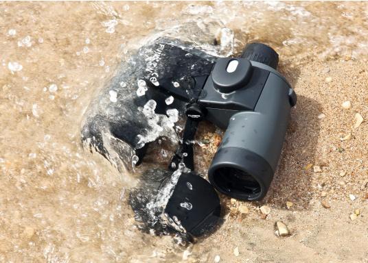 Kompaktes, leistungsfähiges Kompass-Fernglas mit beleuchtetem Suunto-Magnetkompass. Dank absolut wasserdichtem und stoßfestem Gehäuse ein unempfindlicher Begleiter auf allen Touren!  (Bild 2 von 2)