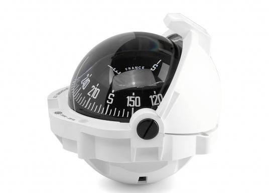 Hochleistungskompass für Motorboote über 9 m. Dem OFFSHORE 135 machen auch härtere Schläge bei schneller Gleitfahrt nichts aus. Das Gerät hat eine einzigartige Abdeckung mit 3 Schiebeelementen.  (Bild 2 von 5)