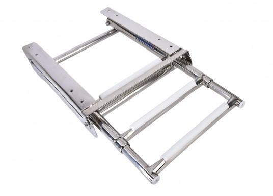 Questa scaletta per bagno telescopica di nuova generazione può essere montata sotto la piattaforma da bagno o sullo specchio di poppa e può essere completamente reinserita nell'apposita guida.  (Immagine 3 di 5)
