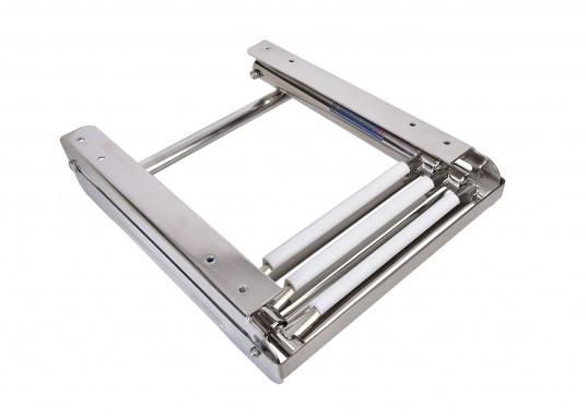 Questa scaletta per bagno telescopica di nuova generazione può essere montata sotto la piattaforma da bagno o sullo specchio di poppa e può essere completamente reinserita nell'apposita guida.  (Immagine 4 di 5)