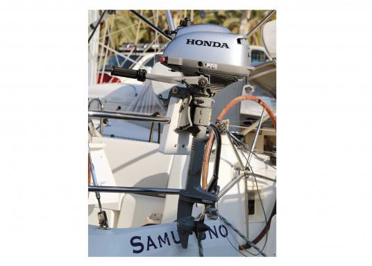 LeichterViertakt Außenbordervon Honda mit Drehgas-Pinne und integrierter Fliehkraftkupplung. Sehr gutes Leistungs- / Gewichtsverhältnis.Praktisch zu Bedienen und zu Transportieren dank Einhandbedienung und ergonomischem Tragegriff. Der ideale Hilfsmotor oder Bootsmotor für Unterwegs.  (Bild 6 von 8)