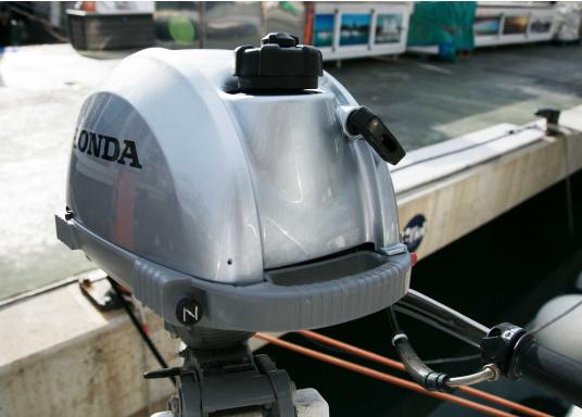 LeichterViertakt Außenbordervon Honda mit Drehgas-Pinne und integrierter Fliehkraftkupplung. Sehr gutes Leistungs- / Gewichtsverhältnis.Praktisch zu Bedienen und zu Transportieren dank Einhandbedienung und ergonomischem Tragegriff. Der ideale Hilfsmotor oder Bootsmotor für Unterwegs.  (Bild 7 von 8)