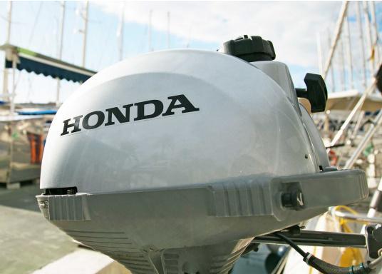 LeichterViertakt Außenbordervon Honda mit Drehgas-Pinne und integrierter Fliehkraftkupplung. Sehr gutes Leistungs- / Gewichtsverhältnis.Praktisch zu Bedienen und zu Transportieren dank Einhandbedienung und ergonomischem Tragegriff. Der ideale Hilfsmotor oder Bootsmotor für Unterwegs.  (Bild 8 von 8)