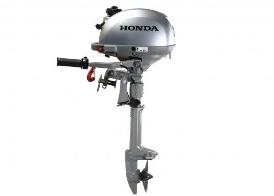 LeichterViertakt Außenbordervon Honda mit Drehgas-Pinne und integrierter Fliehkraftkupplung. Sehr gutes Leistungs- / Gewichtsverhältnis.Praktisch zu Bedienen und zu Transportieren dank Einhandbedienung und ergonomischem Tragegriff. Der ideale Hilfsmotor oder Bootsmotor für Unterwegs.  (Bild 3 von 8)