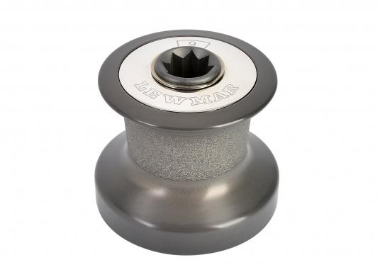 Tradition und Hochleistungstechnologie vereinen sich in der Qualität dieser Winden! Sie sind in zwei Ausführungen lieferbar: Aluminium, schwarz eloxiert (ALU) oder Bronze, verchromt (CBR), jeweils in verschiedenen Größen. (Bild 2 von 7)