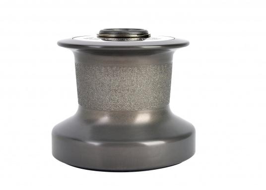 Tradition und Hochleistungstechnologie vereinen sich in der Qualität dieser Winden! Sie sind in zwei Ausführungen lieferbar: Aluminium, schwarz eloxiert (ALU) oder Bronze, verchromt (CBR), jeweils in verschiedenen Größen. (Bild 3 von 7)