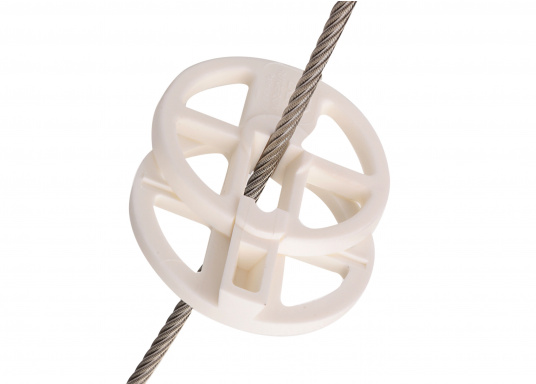 This 70 mm diameter jibroller is a chafe protector and helps the jib trim over the rails upwind. It can be adjusted to the wire diameter by drilling it out.  (Afbeelding 2 of 3)