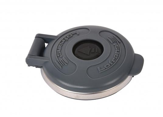 Sicherer Fußschalter für elektrische Ankerwinden. Der Schalter mit Edelstahl-Gehäuse ist wasserdicht und mittels einer Schutzklappe gegen versehentliche Bedienung abgesichert.