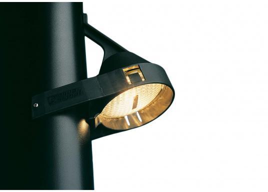 Für jedes Mastprofil geeignet! Dank der flexiblen Befestigungslaschen passt sich dieser Deckstrahler jedem Mastprofil an. Der verstellbare Lichteinsatz sorgt außerdem für eine optimale Ausleuchtung des Decks.