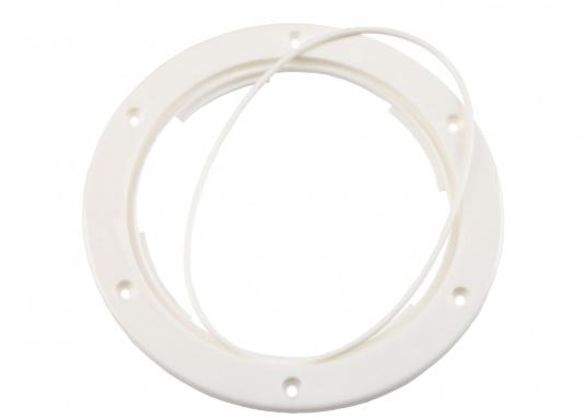 Runder Inspektionsdeckel mit 4-fach Bajonettverschluss und einer im Einbaurahmen eingelegten Deckeldichtung. Farbe: weiß.  (Bild 5 von 5)
