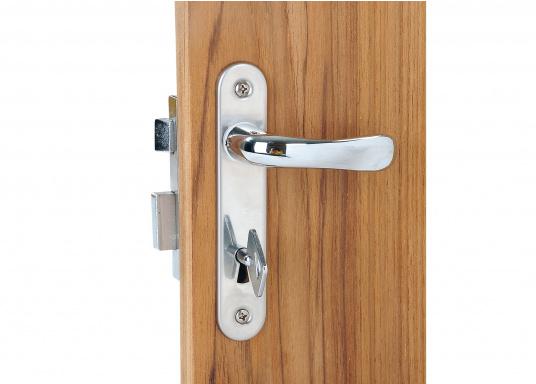 Kompaktes, verchromtes Schloss, ideal für Innen- und WC-Türen. Mit Langschild,jeweils für rechts oder links. Inklusive Säbeldrücker, Knauf, Langschildund 2 Schlüsseln.  (Bild 3 von 5)