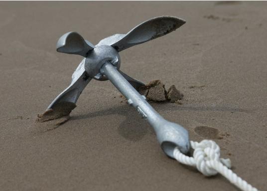Idealer Anker für kleinere Boote und Jollen. Dank der Faltklapp-Konstruktion lässt er sich platzsparend verstauen.Dieser Anker gehört in die Kategorie der Gewichts-Anker: je 1 Meter Wasserlinie 4 kg Ankergewicht.  (Bild 5 von 10)