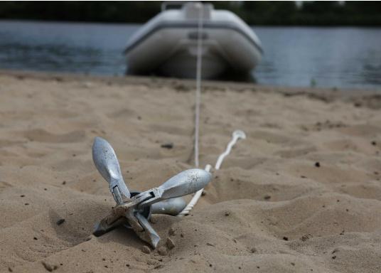 Idealer Anker für kleinere Boote und Jollen. Dank der Faltklapp-Konstruktion lässt er sich platzsparend verstauen.Dieser Anker gehört in die Kategorie der Gewichts-Anker: je 1 Meter Wasserlinie 4 kg Ankergewicht.  (Bild 4 von 10)