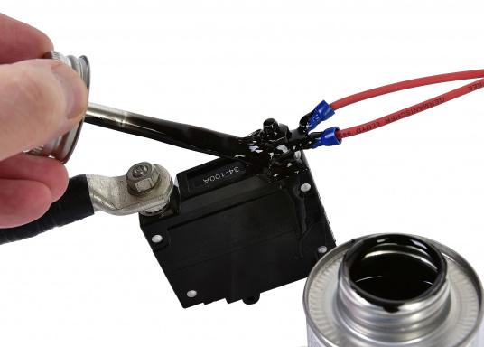Liquid Electrical Tape – ein flüssiges Isolierband. Einfach über blanke Kabelstellen, Lüsterklemmen etc. tropfen und es bildet sich innerhalb von 5 Minuten eine starke Isolierung. (Bild 2 von 3)