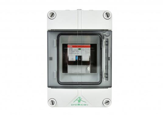 Landanschluss-Einheit für erhöhte Sicherheit. DieEinheit zur 230VLandstromübernahmeist mit einer Kombination aus16 A Leitungsschutzschalter und30 mA FI-Personenschutzschalterausgestattet und sorgt auf kleinstem Raum fürmaximaleSicherheit.  (Bild 2 von 4)