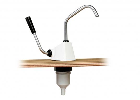 Selbstansaugende Hebelarmpumpe für leichtgängiges Pumpen von Salz oder Seewasser. Drehbarer Auslass.