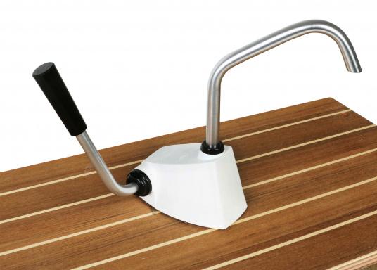 Selbstansaugende Hebelarmpumpe für leichtgängiges Pumpen von Salz oder Seewasser. Drehbarer Auslass.  (Bild 3 von 3)