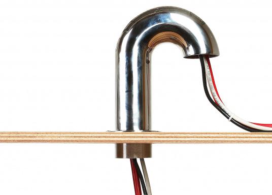 Hochwertiger Edelstahl-Schwanenhals.  Sorgt für ene sichere Kabelverbindung von Außen nach innen. Verhindert durch seine Form, dass Wasser ins Schiff eindringt.    Höhe über Deck: 165 mm Höheunter Deck: 31 mm Flansch-Ø: 75 mm Lichte Weite Rohr-Ø: 44 mm    (Bild 3 von 5)