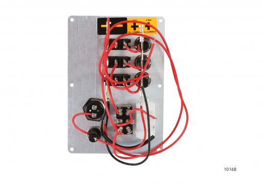 Diese Schalttafel aus mattschwarz eloxiertem Alu ist zusätzlich mit einem Voltmeter für Batterie 1 + 2 und mit einem Hupenknopf bestückt. Die 3 Schalter sind mit indirekter Beleuchtung ausgestattet. (Bild 3 von 3)