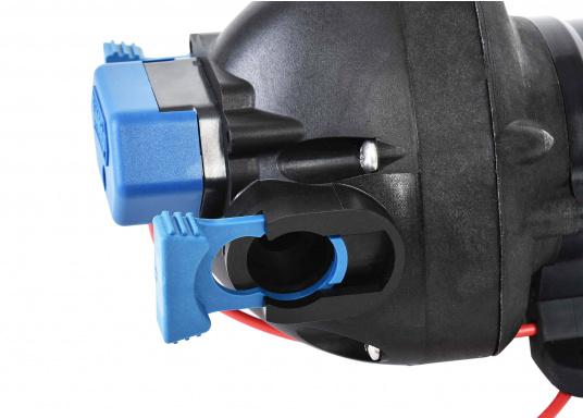 """Diese besonders leise Druckwasserpumpe kann bis zu 3 Zapfstellen zugleich versorgen. 12 mm (1/2"""") Schlauchanschlüsse mit werkzeugfreien Clipverschlüssen.  (Bild 3 von 7)"""