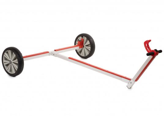 Stabiler und dennoch leichter Slipwagen mit breiten Reigen– der Wagen kann sowohl auf festem Untergrund als auch auf Sand sehr leicht bewegt werden. Ideal für Transport, Lagerung und Slippen ihres Optimisten.