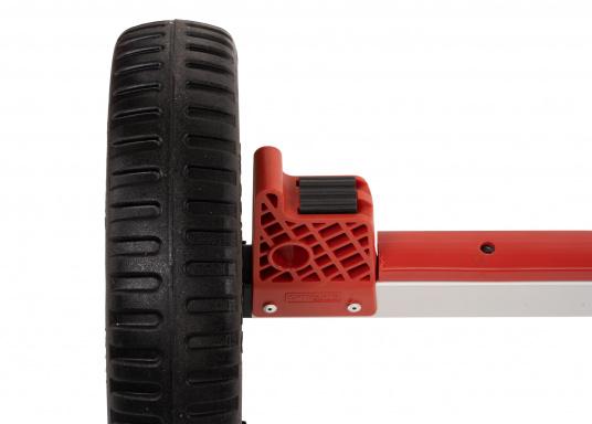 Stabiler und dennoch leichter Slipwagen mit breiten Reigen– der Wagen kann sowohl auf festem Untergrund als auch auf Sand sehr leicht bewegt werden. Ideal für Transport, Lagerung und Slippen ihres Optimisten. (Bild 5 von 5)