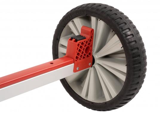 Stabiler und dennoch leichter Slipwagen mit breiten Reigen– der Wagen kann sowohl auf festem Untergrund als auch auf Sand sehr leicht bewegt werden. Ideal für Transport, Lagerung und Slippen ihres Optimisten. (Bild 4 von 5)