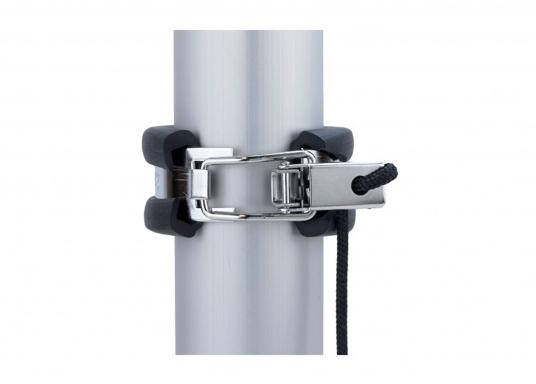 Mastsicherung aus Edelstahl mit Gummiummantelung. Unter der vorderen Mastbank wird die Sicherung an den Mast geschnallt. Es ist weiter kein Sicherungstampen erforderlich. (Bild 2 von 3)