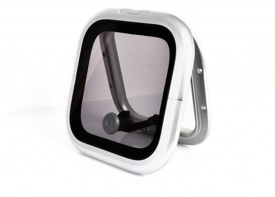Die Low-Profile-Luke ist innen mit verschließbaren Riegeln ausgestattet, kann von außen geöffnet werden und bleibtin jeder gewünschten Stellung stehen.  (Bild 2 von 5)
