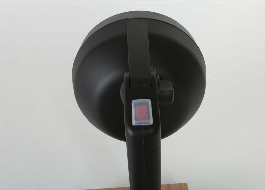 Kompakter, leistungsstarker und wasserdichter Suchscheinwerfer. Zwei praktische Schalter erlauben ein schnelles Umschalten zwischen Nahbereich und Fernbereich. Der doppelte FF-Reflektor sorgt für eine exakte Lichtsteuerung.  (Bild 6 von 9)