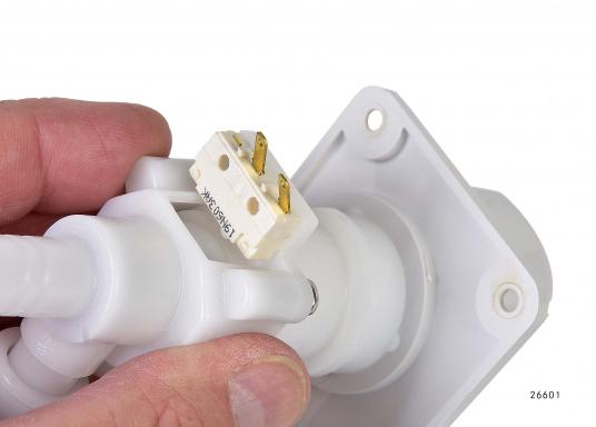 Für kleine Platzverhältnisse– die raumsparende Bauweise dieser Wasserhähne ermöglicht den Einsatz auch in kleinen Waschräumen oder dem Pantry-Bereich. Lieferbar in verschiedenen Ausführungen.  (Bild 9 von 11)