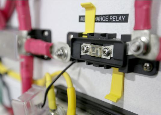 Sicherungshalter für MIDI mit 8 mm Bolzendurchmesser, belastbar bis 200 Ampere.Dieser Sicherungshalter ist enorm robust und aufgrund derhochwertigen Materialien und der ISO 8846 / EN 28846 Norm in Motorräumen einsetzbar.  (Bild 3 von 3)