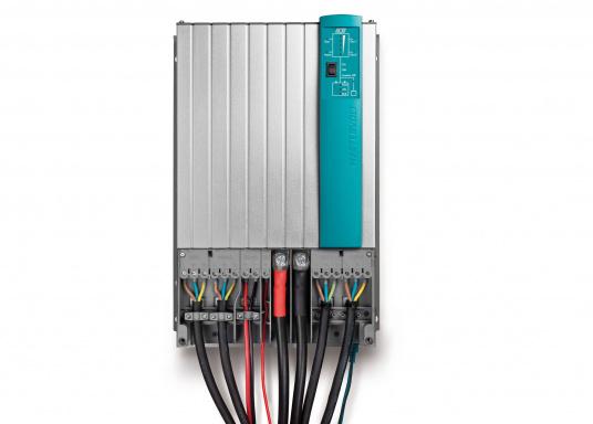 Der MASS COMBI ULTRA fasst die fortschrittlichste Technik (V6 Hochfrequenz Technologie) in einem kompakten Paket zusammen. Er vereint Sinus-Wechselrichter und Batterie-IUOU-Ladegerät in einem Gehäuse. Nennspannung: 12 V. Empfohlene Batteriekapazität: 300 - 900 Ah.  (Bild 5 von 8)
