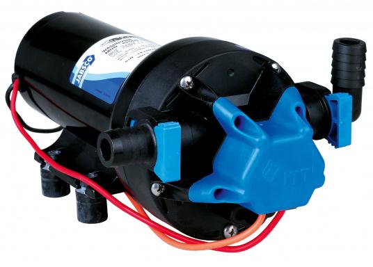 Leistungsstark und seewasserbeständig: Die Deckwaschpumpe PAR-Max von JABSCO. Die Pumpe ist selbstansaugend und hat eine Förderleistung von 19 l / min.