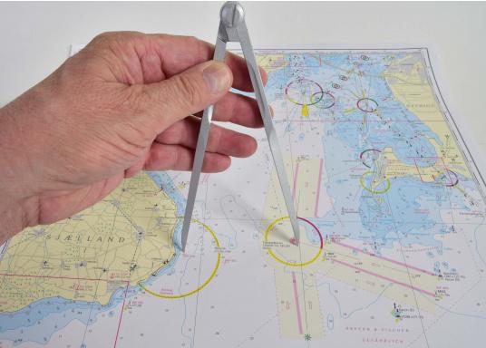 Naviguez avec les méthodes traditionelles grâce à ce jeu d'instruments qui comprend tout le nécessaire pour tracer une route. Disponible en pochette PVC ou dans un coffret bois. (Image 3 de 6)