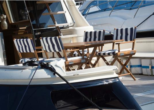 Bequem, praktisch und robust! Der zeitlose Klassiker mit glänzenden Edelstahlbeschlägen, hochwertig gepolsterten Kissen und einer Veredelung aus bestem Teak-Öl ist ein unverzichtbares Möbelstück an Bord.  (Bild 5 von 7)