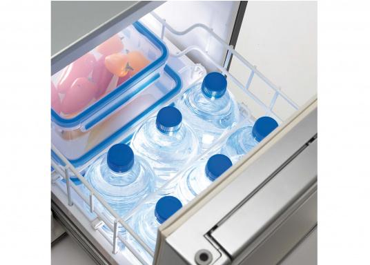 Praktische Kühlschublade CRD50 von COOLMATIC. So haben Sie immer einen Überblick über Ihre gekühlten Vorräte. Weiterer Vorteil: Das Gefrierfach ist herausnehmbar und macht bei Bedarf Platz für weiteres Kühlgut.  (Bild 3 von 6)