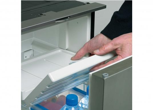 Praktische Kühlschublade CRD50 von COOLMATIC. So haben Sie immer einen Überblick über Ihre gekühlten Vorräte. Weiterer Vorteil: Das Gefrierfach ist herausnehmbar und macht bei Bedarf Platz für weiteres Kühlgut.  (Bild 4 von 6)
