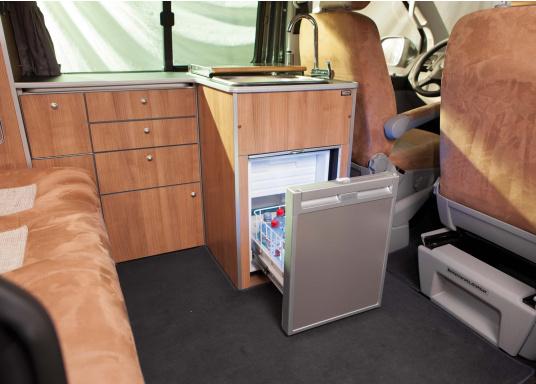 Praktische Kühlschublade CRD50 von COOLMATIC. So haben Sie immer einen Überblick über Ihre gekühlten Vorräte. Weiterer Vorteil: Das Gefrierfach ist herausnehmbar und macht bei Bedarf Platz für weiteres Kühlgut.  (Bild 2 von 6)