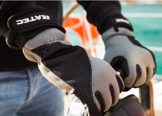 Windstopper Handschuhe von SEATEC garantieren für warme Finger bei Wind und Wetter. Der verlängerte Schaft fungiert als Pulswärmer. Der ideale Handschuh, nicht nur für den Einsatz an Bord.  (Bild 2 von 6)