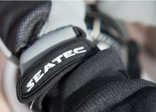Windstopper Handschuhe von SEATEC garantieren für warme Finger bei Wind und Wetter. Der verlängerte Schaft fungiert als Pulswärmer. Der ideale Handschuh, nicht nur für den Einsatz an Bord.  (Bild 3 von 6)