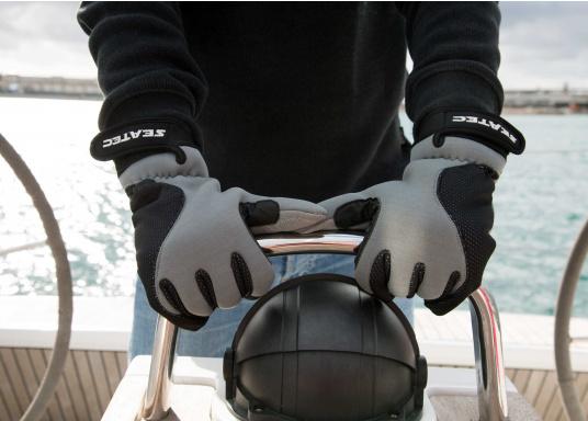 Windstopper Handschuhe von SEATEC garantieren für warme Finger bei Wind und Wetter. Der verlängerte Schaft fungiert als Pulswärmer. Der ideale Handschuh, nicht nur für den Einsatz an Bord.  (Bild 4 von 6)