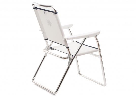 Praktischer Alu-Decksstuhl von FORMA - Leicht, handlich und schnell zu verstauen. Der offen gewebten Venylbespannung kann auch Salzwasser nichts anhaben.  (Bild 3 von 4)