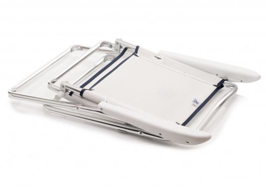 Praktischer Alu-Decksstuhl von FORMA - Leicht, handlich und schnell zu verstauen. Der offen gewebten Venylbespannung kann auch Salzwasser nichts anhaben.  (Bild 4 von 4)