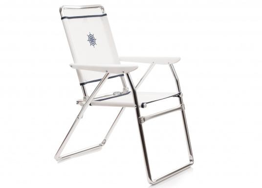 Praktischer Alu-Decksstuhl von FORMA - Leicht, handlich und schnell zu verstauen. Der offen gewebten Venylbespannung kann auch Salzwasser nichts anhaben.  (Bild 2 von 4)