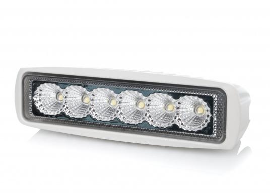 Dieser hocheffiziente LED Deckscheinwerfer mit einer Lichtstärke von 1200 Lumen ist besonders den Einbau im Nahbereich, in Cockpits und an Deck geeignet. Die fünf leistungsstarken LED's sorgen für einen präzisen Strahl.