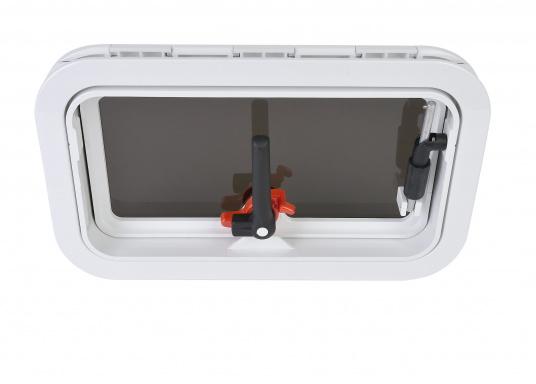 Decksluke gefertigt aus UV-beständigem, schlagfestem Kunststoff, mit RINA-Zulassung. Dank des Innenrahmens sind keine Verschraubungen sichtbar. Der stabile Aufstellarm sorgt dafür, dass die Luke in jeder Position geöffnet bleibt.  (Bild 5 von 9)